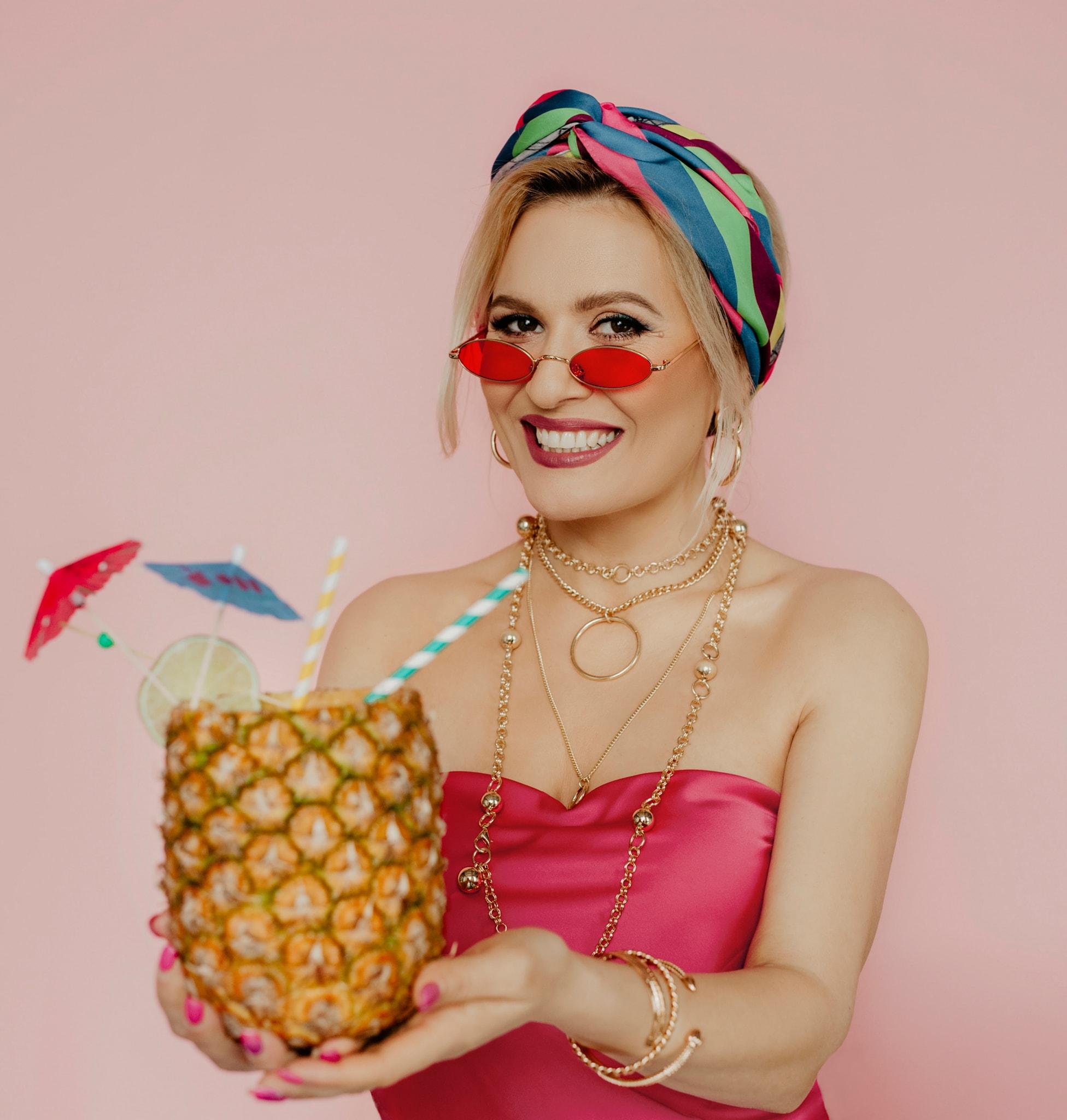 """(video) """"MONGO PONGO"""" este noua piesă lansată de Dianna Rotaru.  Melodia este un cocktail muzical destinat sezonului cald primavara – vara"""