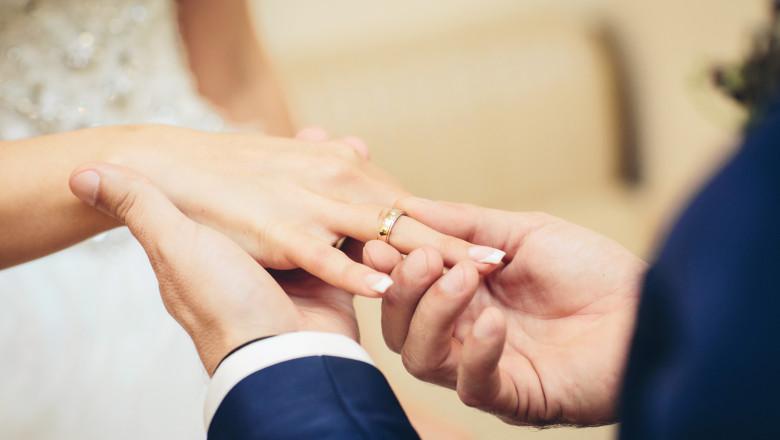 Un cuplu s-a căsătorit de patru ori într-o lună pentru a obține mai multe zile libere plătite