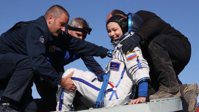 Echipa rusească, trimisă în spațiu să filmeze primul lungmetraj pe orbită, s-a întors pe Pământ