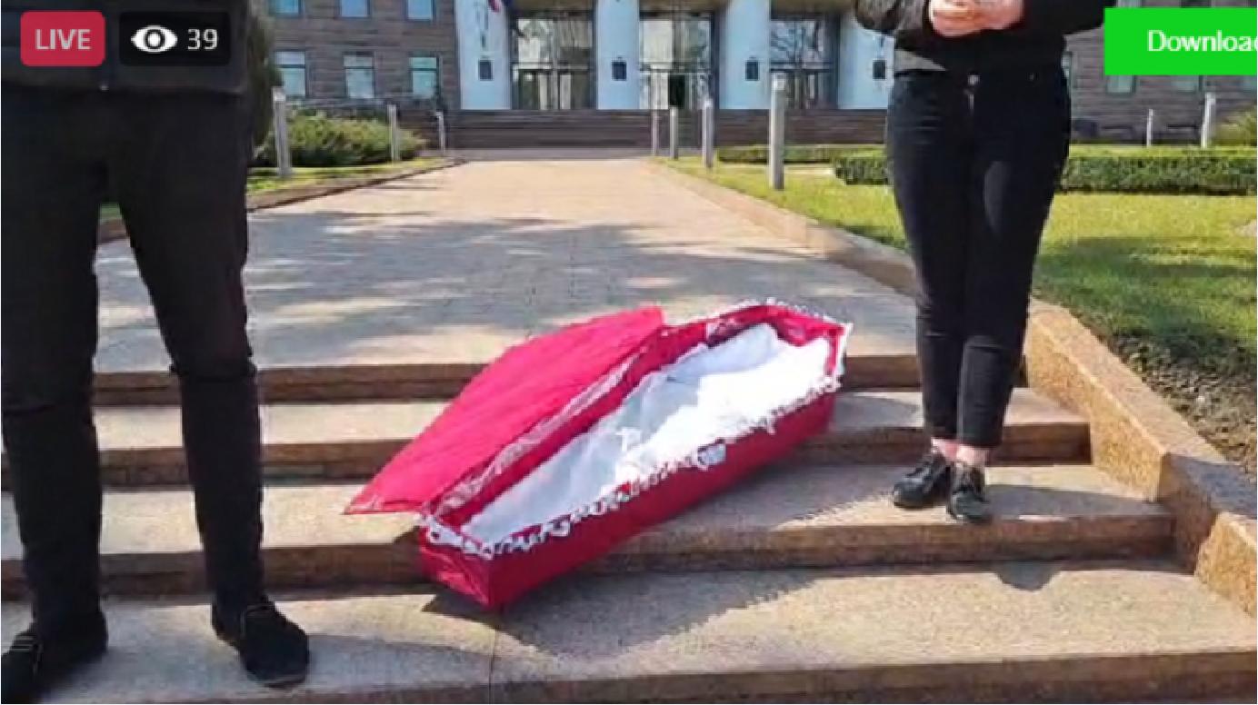 """(video) Cu sicriul în fața Parlamentului: """"Ne-ați îngropat tot ce ne-a mai rămas"""""""