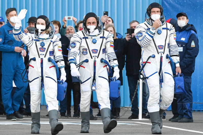 Primul film în spațiu. O actriță și un regizor din Rusia s-au îmbarcat într-o rachetă cu destinația: Stația Spațială Internațională