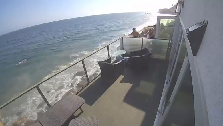 (video) Au văzut moartea cu ochii! Un balcon plin cu oameni cade în gol câțiva metri și se prăbușește pe stânci