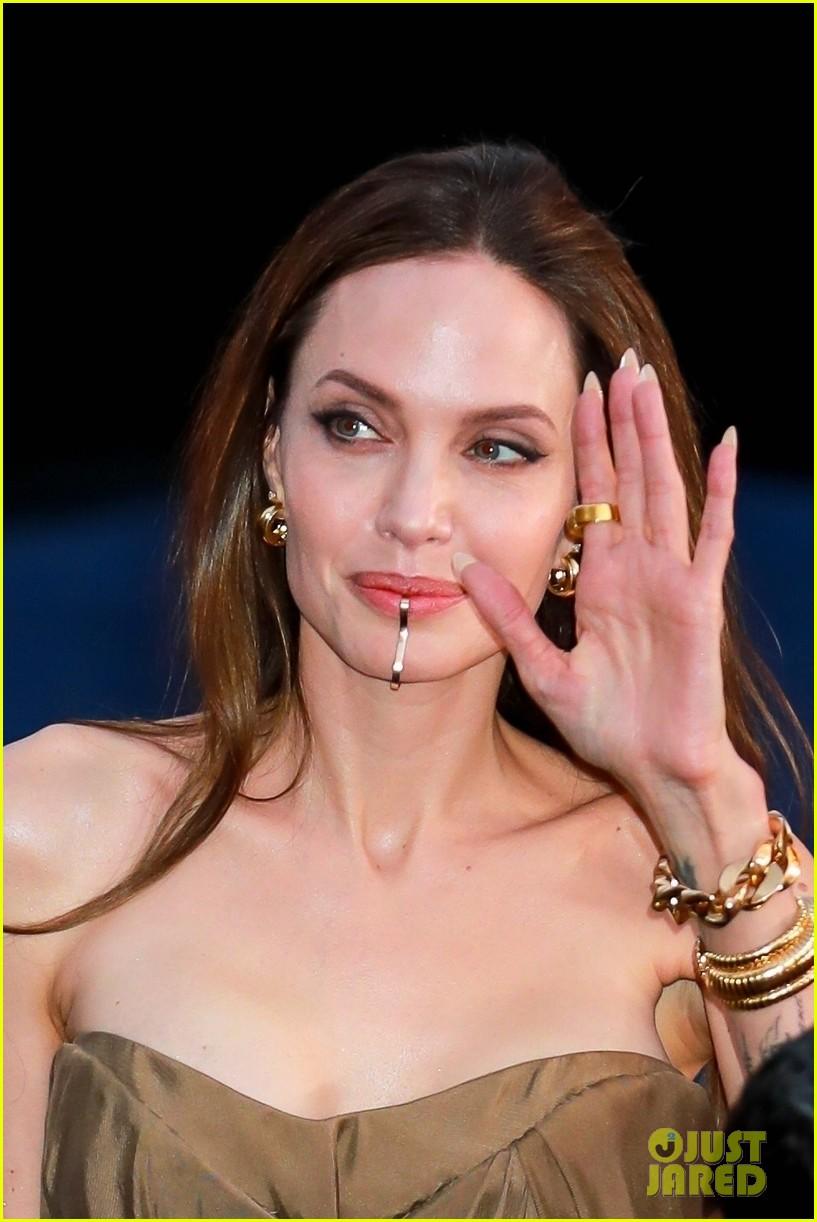 Angelina Jolie, apariție de senzație alături de copiii săi. Fiica sa, Zahara, a purtat una dintre celebrele rochii ale actriței