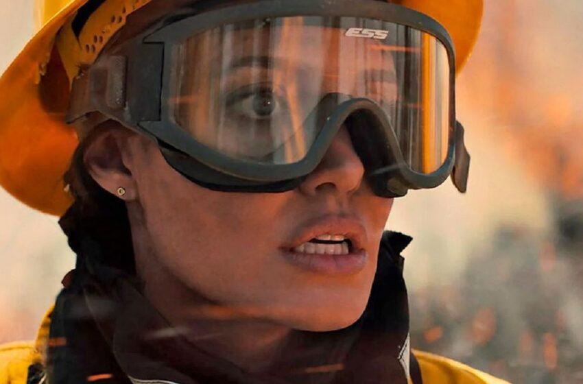 """Angelina Jolie, de nerecunoscut în filmul """"Those who wish me dead"""". Actrița revine pe marile ecrane în rolul unui pompier"""