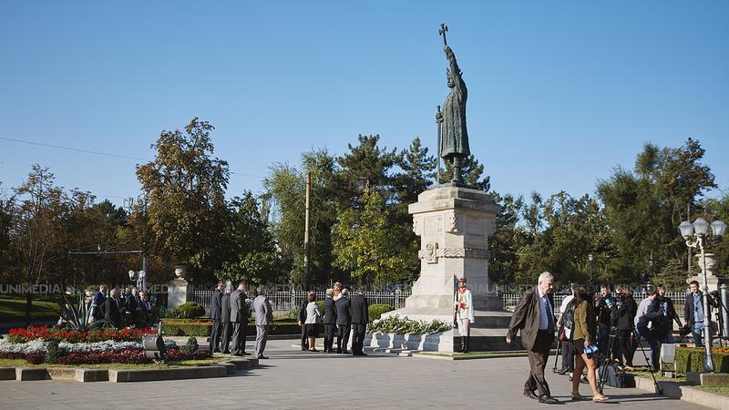 """(foto) Monumentul """"Ștefan cel Mare"""" a fost vandalizat cu verde de briliant. Ce spune poliția"""