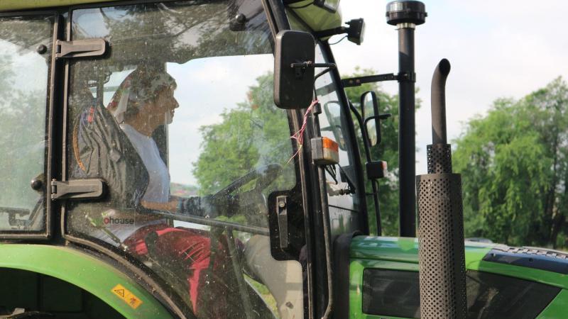 """(video) Arina Spătaru conduce un tractor: Platforma DA Bălți a cosit iarba de pe malul lacului orășenesc, în locul administrației locale """"ocupată cu electorala"""""""