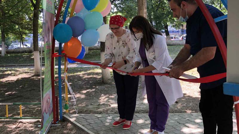 Bucurie pentru copiii de la Institutul Oncologic. Vechiul teren de joacă a fost reamplasat și renovat | Social | UNIMEDIA