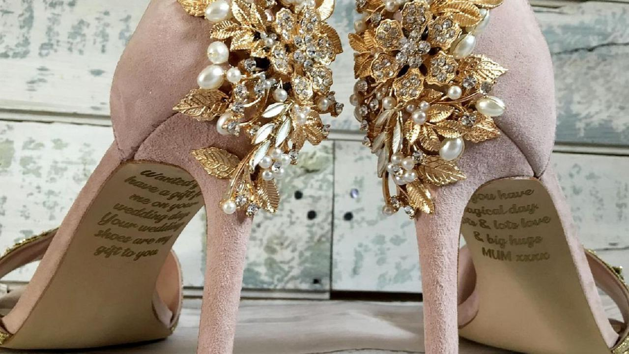 O Mireasă A Găsit Un Text Emoţionant Pe Tălpile Pantofilor De Nuntă