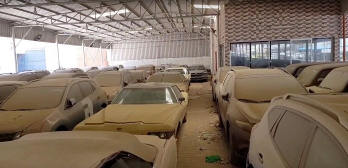 Bolizi abandonați în cimitirul auto din apropiere de Dubai