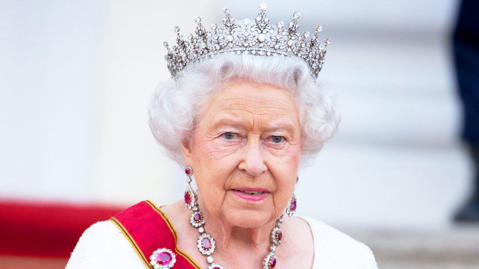 regina-elisabeta-a-iia-ia-eliminat-pe-printul-andrew-